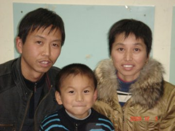 hu zheng hui with parents.jpg